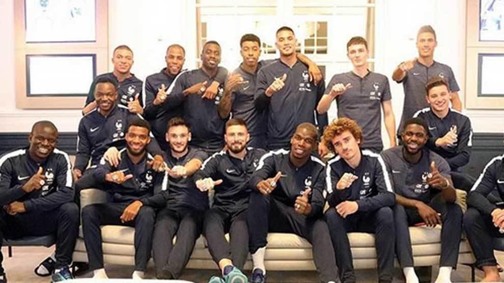 La selección de Francia con sus anillos de campeones del Mundial, al...