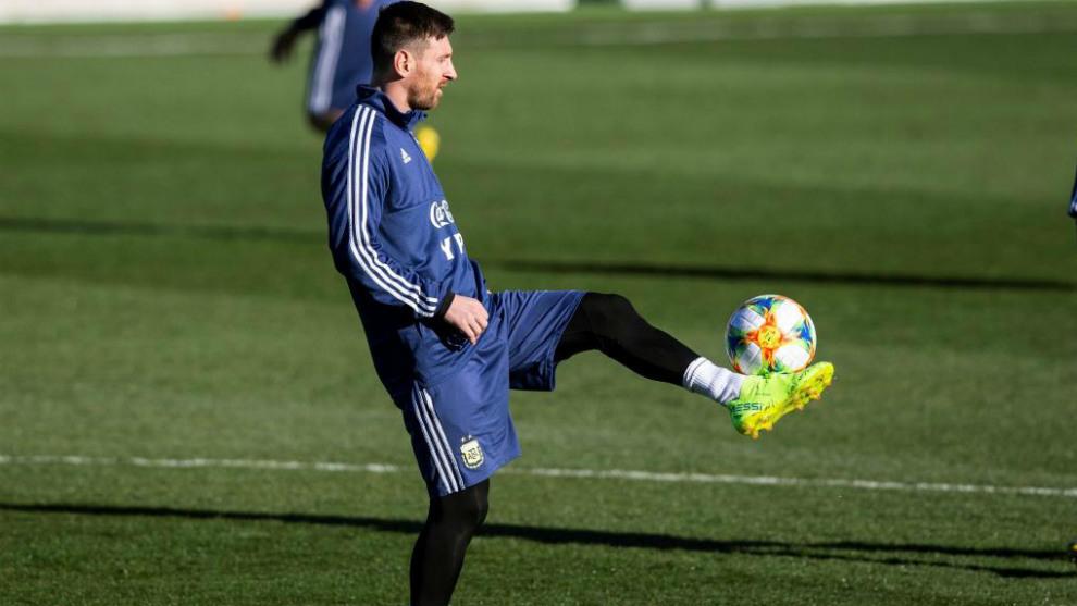 Leo Messi se entrena antes del partido amistoso entre Argentina y...