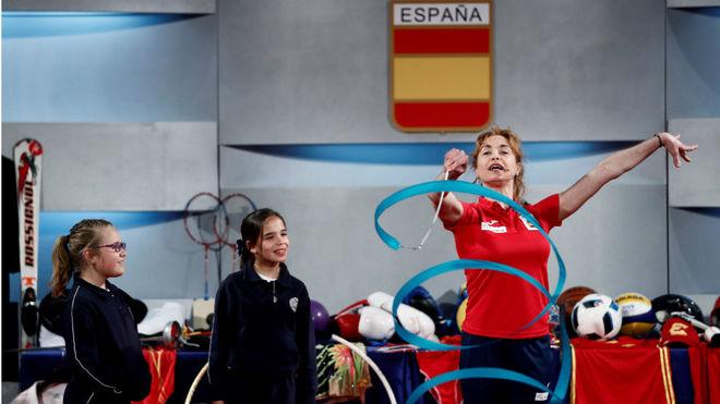 Carolina Pascual enseña a los niños un ejercicio con la cinta