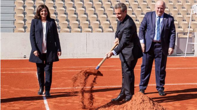 El expresidente galo Sarkozy, el presidente de la Federación Francesa, Giudicelli, y la alcaldesa de París, Anne Hidalgo, en la inauguración de la nueva pista Simonne-Mathieu