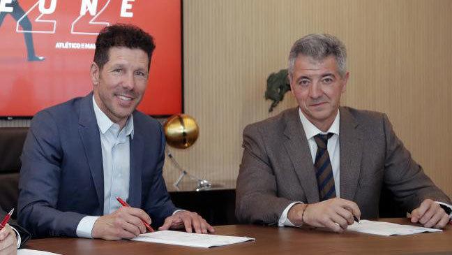 Simeone y Gil Marín durante el acto de renovación del contrato del técnico.
