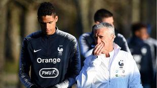 Varane charla con el seleccionador Deschamps en la concentración de...