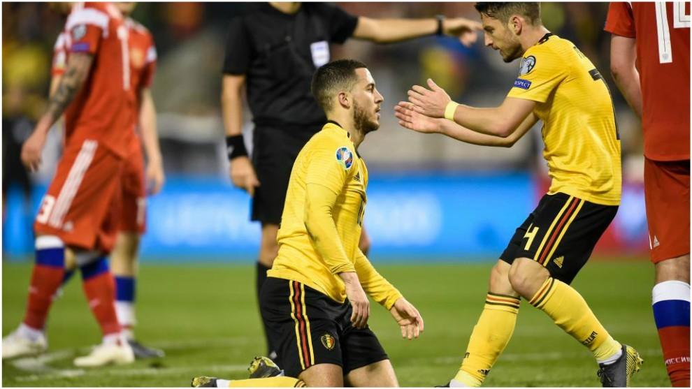 Mertens felicita a Eden Hazard tras su gol.