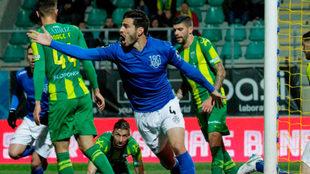 Antonio Briseño celebra un gol con el Feirense.