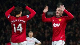 Wayne Rooney y Chicharito celebran un gol en la Premier League.