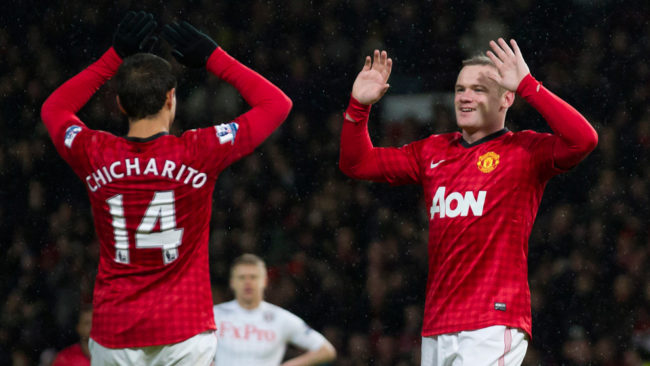 Wayne Rooney y Chicharito celebran un gol en la Premier League.