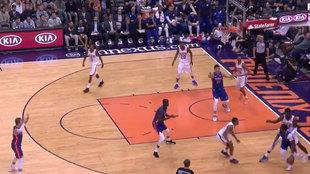 Jackson con el balón en un ataque de los Pistons