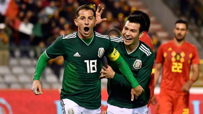 Guardado celebra un gol con México.