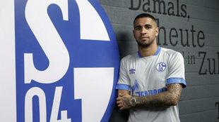 Omar Mascarell, junto a un escudo del Schalke 04.