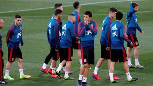 Varios futbolistas de España saltan a un entrenamiento en Las Rozas.