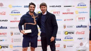Andújar, campeón de la primera edición, junto a Ferrero, director...