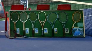 Exposición de raquetas históricas vinculadas a Manolo Santana