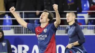 Camacho celebra uno de los goles del Huesca.