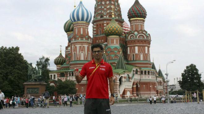 Miguel Ángel López posa con su bronce en la Plaza Roja de Moscú...