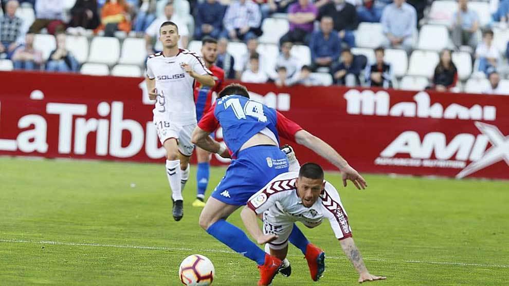 Fausto Tienza, en la imagen disputando un balón con Acuña, es uno de...