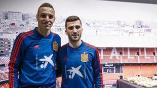Gayà, junto a su compañero de equipo y de selección Rodrigo Moreno.