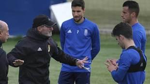 Anquela se dirige a sus jugadores en el entrenamiento del pasado...