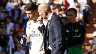 Zidane habla con Asensio en el partido ante el Celta.