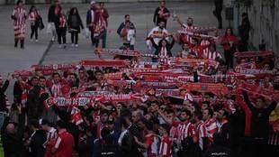 Cerca de un millar de aficionados del Sporting estuvieron en el...