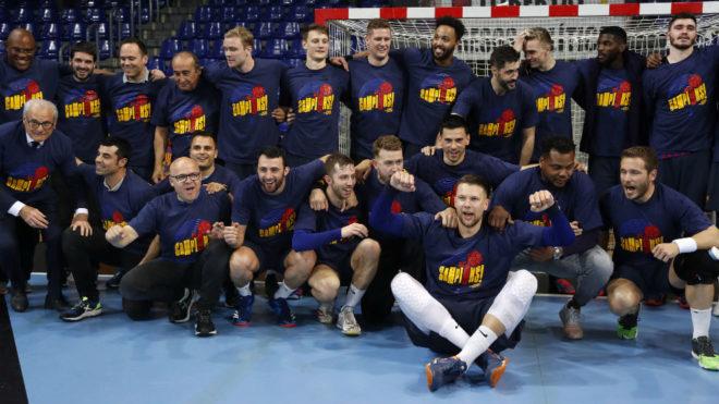 La plantilla azulgrana celebra el título vistiendo camisetas...