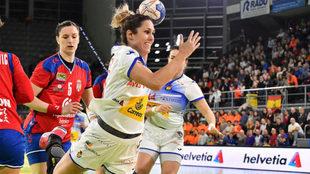 Mireya González supera a la defensa serbia y lanza /
