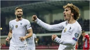 Griezmann celebra su gol con Olivier Giroud al fondo.