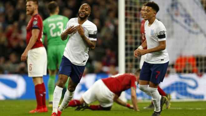 Sterling celebra uno de sus tres goles a la República Checa.