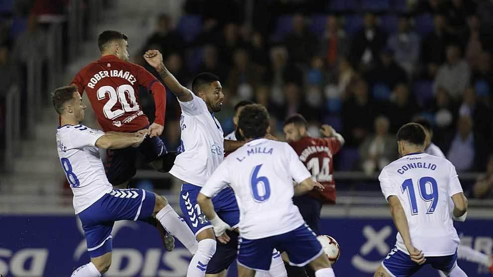 Rober Ibáñez busca un balón aéreo entre varios jugadores del...