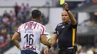 Francisco Chacón amonesta a Ponce durante el América vs Chivas de la...