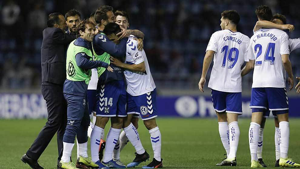 Oltra y sus jugasdores celebran la remontada ante Osasuna en el Heliodoro