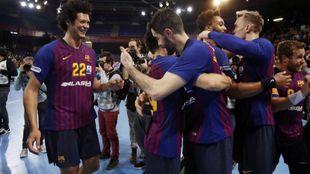 Los jugadores del Barcelona celebran el título de Liga /