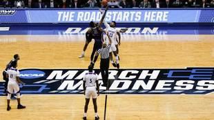 Salto inicial de un partido del First Four de March Madness.