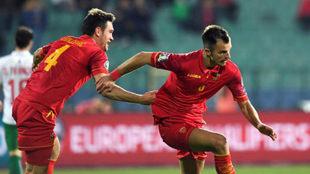 Mugosa marca a Bulgaria y lo celebra con Vukcevic, la izquierda.