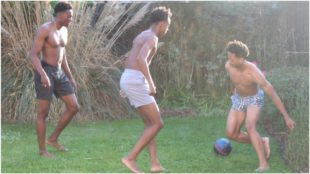 Los hermanos Willock se divierten en el jardín de su casa.