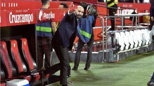 Monchi saluda desde el banquillo del Sevilla.