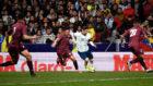 Leo Messi conduce el balón ante tres jugadores de Venezuela.