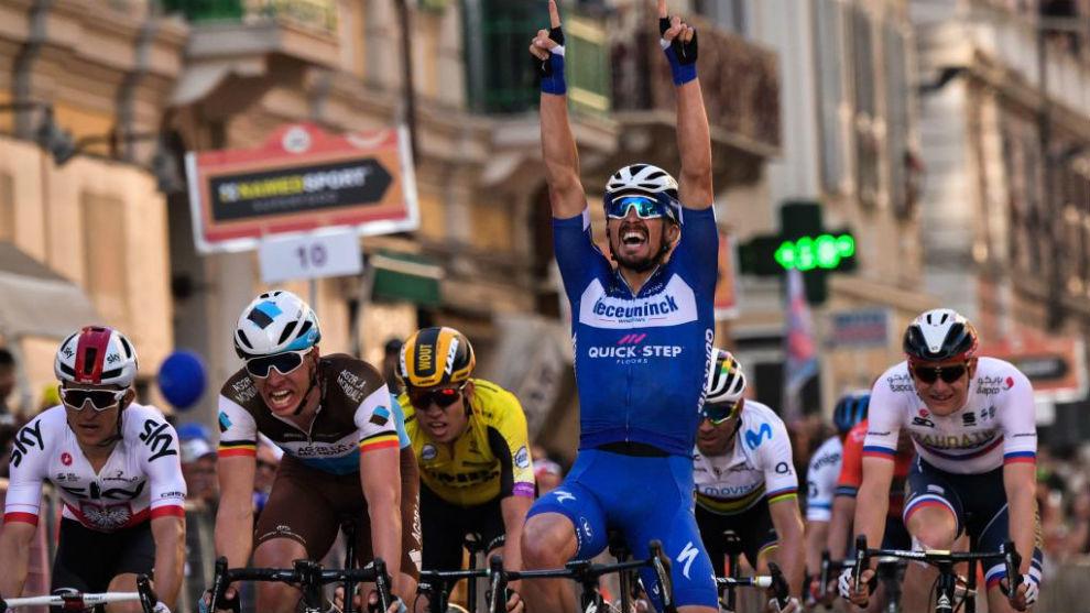Alaphilippe celebrando su triunfo en San Remo.