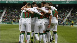 Los jugadores del Elche celebran uno de los goles marcados al...