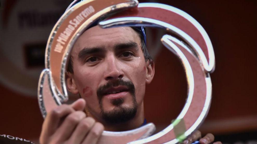 Alaphilippe con el trofeo como campeón de la 'Classicissima'.