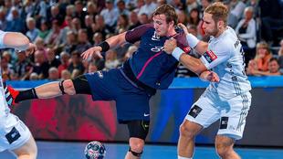 El jugador noruego del PSG Sagosen es defendido por el alemán...