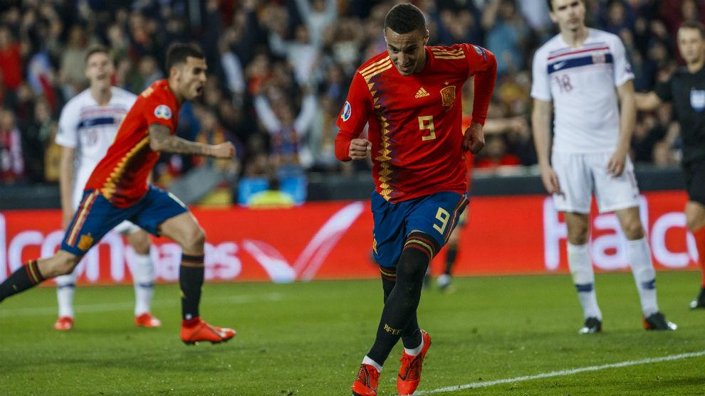 Rodrigo celebra el primer gol del partido de Mestalla.