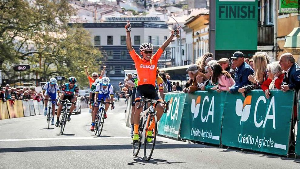 El colombiano Sergio Higuita triunfa en Portalegre.
