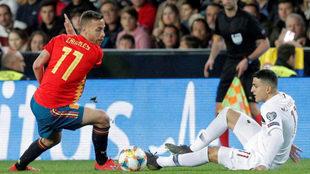 Sergio Canales se lleva el balón ante el jugador de Noruega Mohammed...