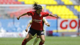 Inglis Hernández controla el esférico/