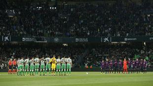 Los jugadores del Betis y el Barça, antes del último partido...