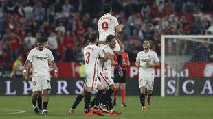 Los jugadores del Sevilla levantan a Wissam Ben Yedder.
