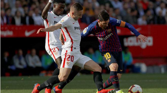 Marko Rog y Promes, ante Messi.