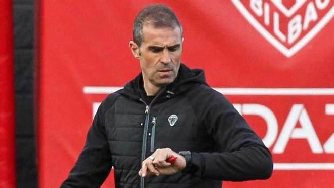 Garitano consulta el reloj durante un entrenamiento del Athletic.