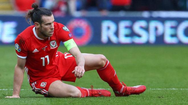 Bale se lamenta sobre el césped.