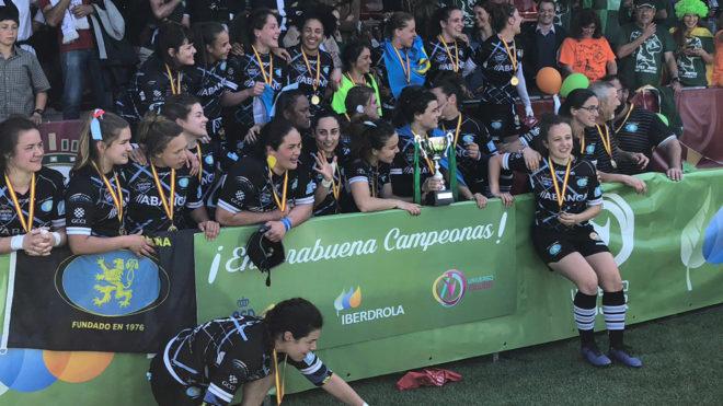 Las jugadoras del CRAT Universidade La Coruña celebran el título.